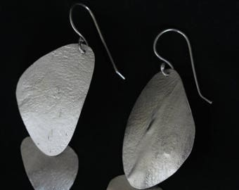 Organic shapes dangling earrings with textured surface (E0179)