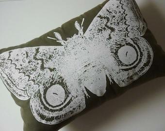 Twill de soie coton filtré géant automeris IO jeter oreiller 18 x 12 blanc sur Moss