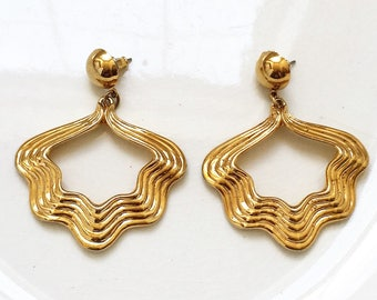 vintage large gold tone metal open wavy ribbed triangular drop dangle pierced earrings