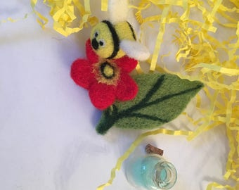 Needle felted Bee brooch, Flower brooch, Bee Flower brooch, handmade brooch, Spring brooch, Unique brooch, Bee gift, Bee table decor