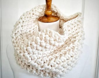 Suzy Cowl.CREAM IVORY Cowl//Herringbone Cowl//Bulky Yarn//Ready to Ship//Wool-ease//Crochet Cowl