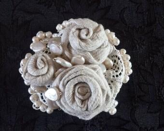 Spilla romantica con rose e perle di fiume