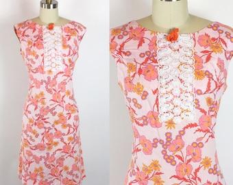 Jahrgang 1960 rosa Blumen ärmellose Sommertag Etuikleid