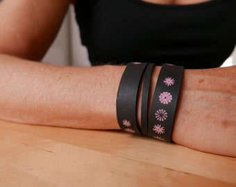Leather bracelet in dark green, with pink flowers