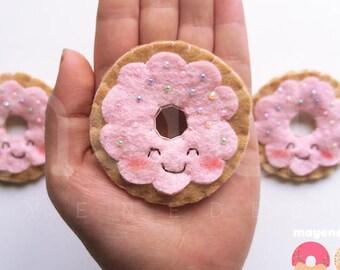 broche donut givré avec arc en ciel arrose rose, broche de nourriture en feutrine