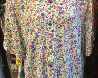 1980' tiny floral short sleeves long blouse. Size S/M.