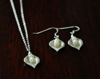 Silver Calla Lily Flower Jewelry Set/ Calla Lily Necklace/ Calla Lily Earrings/ Flower Necklace/ Dainty Necklace/ Pearl Jewelry Set