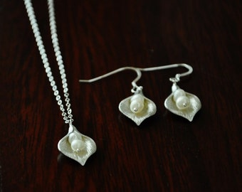 Calla Lily fleur ensemble de bijoux en argent / Calla Lily collier / boucles d'oreilles fleur de Lys Calla fleur collier / délicat collier / ensemble de bijoux de perles