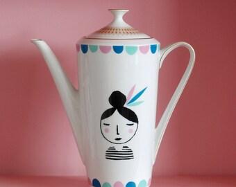 Ausverkauf! Große Mädchen mit Federn in ihrem Haar Siebdruck Vintage Teekanne