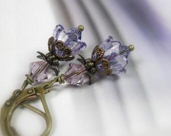 Fleur violet boucles d'oreilles, boucles d'oreilles fleur de printemps, bijoux en cristal de Swarovski, boucles d'oreilles en laiton Vintaj, boucles d'oreilles féminines délicates, cadeau pour elle