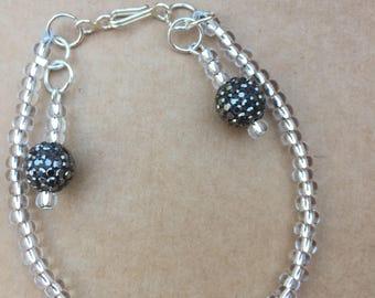 Bracelet perle blanche contemporaine, Gunmetal Crystal Charm Bracelet, Bracelet de charme à la main, K brun bijoux, Edinburgh, Royaume-Uni