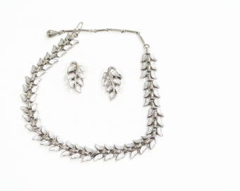 Vintage leaf patterned necklace and earrings