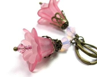 Fleur de Lucite rose rose cristal Swarovski boucles boucles d'oreilles, bijoux de Style Vintage en laiton vieilli, cadeaux faits main pour les jardiniers femelles