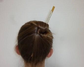 Pique à cheveux en bois et écriture chinoise. Upcycling.