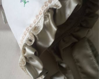 Bonnet with ruffles