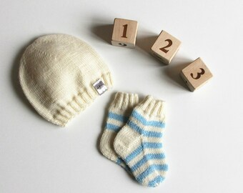 Newborn knitted baby hat / hand knitted baby hat / hand knit baby socks / hand knitted baby clothing