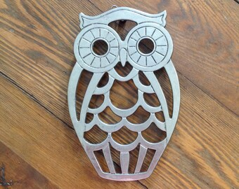 Silver plated owl trivet hot pad pot holder Leonard silverplate wall hanging art kitsch retro chic hipster kitchen home decor