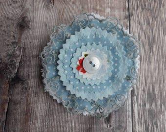 Broche textile re-conçu avec joli coton, feutre, toile et dentelle vintage de fait à la main dans le doux blues