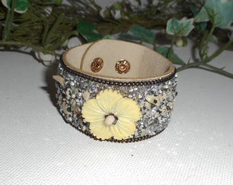 Gray mother of Pearl flower bracelet with semi-precious stones and Crystal