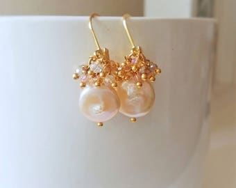 Pearl earrings with crystals