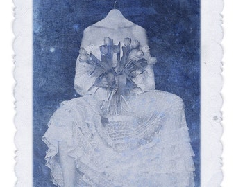 Blue bride(Fotomontaje.Novia.Flores.Ramo.Percha.Surrealismo.Falso vintage.) Wedding dress. Azul.Descalza.Pie.Matrimonio.Retrato.)