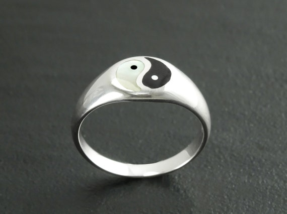 Yin Yang Ring, Sterling Silver Ring, ONYX & Mother of Pearl, Taoist Zen Spirit Jewelry, Man Woman Ring, Balance Yoga Ring, Round Signet Ring