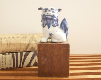 Vintage Asian Foo Dog, Small Blue and White Porcelain Fu Dog, Chinoiserie Chic, Hollywood Regency Decor, Foo Dog Statue, Fu Dog Figurine