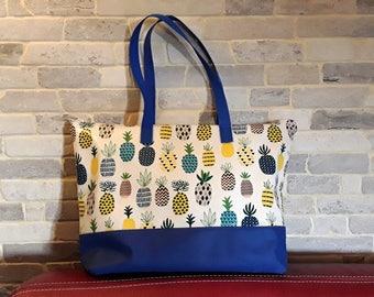 Sac shopping, piscine, plage en toile cirée motifs ananas bleu jaune et beige. Cadeau idéal jeune fille ou femme