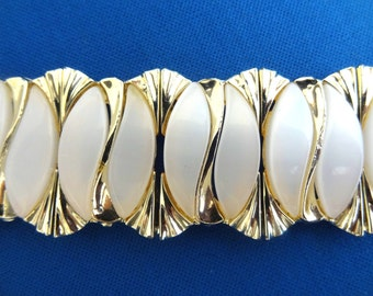 Vintage Chunky White Moonglow Link Bracelet 1960's Gold Tone Metal. Pearl Effect Plastic and Goldtone Links Excellent Condition