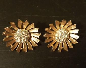 1950's Gold flower starburst clip-on earrings with rhinestone centers