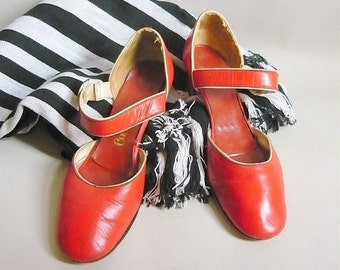 Vintage Red MARY JANE Shoes / size 8 Eu 38 .5 Narrow Width / Genuine 1960s Mod Girly/ Leather Flats