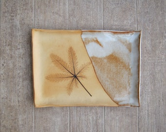 Small plate made of stoneware with cinquefoil leaf imprint