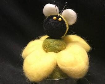 Pincushion--Buzzing Bee on daisy---pincushion--quilter gift