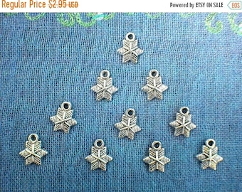 HALF PRICE 10 Small Snowflake Charms  -  Christmas Charm QQ53