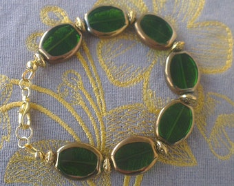 Bracelet glass and gold: green and gold glass beads