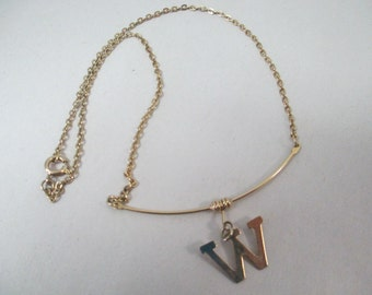 """Vintage fine gold letter necklace """"W"""" 15 inch fine gold toned chain no markings"""
