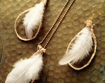 Set of jewels, SQUAW -- necklace and earrings made with raphia and feathers, all natural beige / white