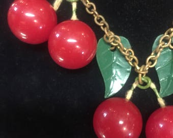 Cherry sweetie! Lovely cherry necklace of the 1940s in bakelite
