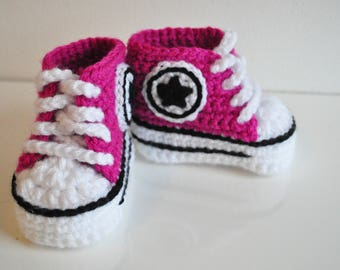 Pink Converse baby crochet sneakers, handmade baby booties, baby shoes, from 0 to 12 months