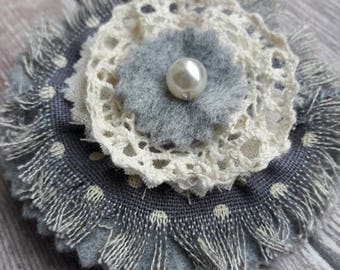 Broche textile re-conçu fabriqué à la main avec joli coton, feutrine, dentelle lin et coton gris avec perle de faux