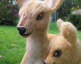 Felt deer, set of two. Felted animal. Felt deer, Needle felted deer and fawn, tall. Needlefelt animal. Felted deer and fawn. Felted animal.