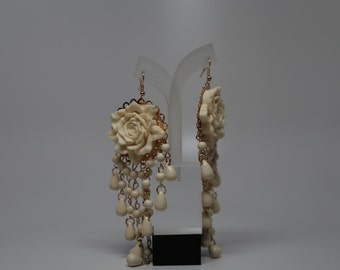 Beige earrings with rose