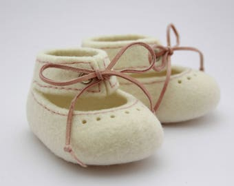 Felted baby shoes, Natural white baby booties with leather laces, Baby photo prop, Newborn baby, Pram shoes, For girls, For spring