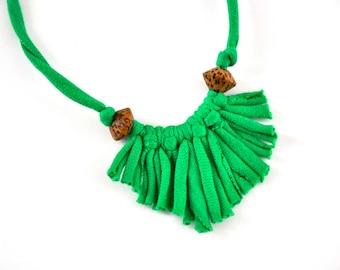 Collier trèfle vert - mini frange d'upcycled printemps recyclé déclaration perles bijoux