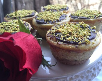 Vegan pistachio vanilla  baby cheesecakes  love,no dairy. Perfect for Valentine's Day.