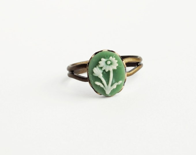 Green Daisy Cameo Ring Small Flower Ring Vintage Floral Cameo Jewelry Victorian Sweet Gift For Her