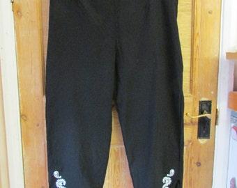 Vintage 1950s-style black Capri pants/pedal pushers, white paisley & leaf detail, size 18