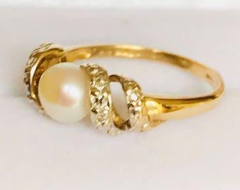 Vintage 9ct gold pearl & diamond ring - fully hallmarked