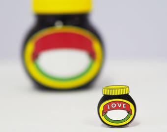 LOVE - Enamel pin