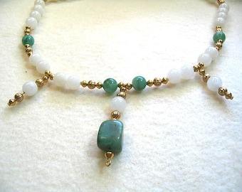 Collier vert et blanc avec pendentif pépite Jade africain, blanc perle collier en jaspe, pierre verte et blanche perle bijoux